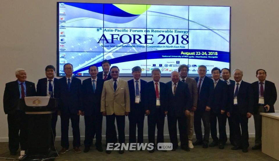 ▲몽골에서 열린 아시아-태평양 재생에너지포럼(AFORE 2018)에 참석한 8개국 신재생 전문가들이 기념촬영을 하고 있다