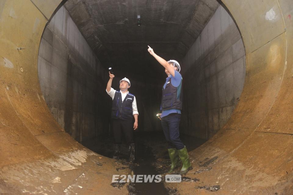 ▲국내 최초로 도시침수 예방을 위해 부천시 오정구에 설치된 지하 10m에 설치된 하수터널 모습.