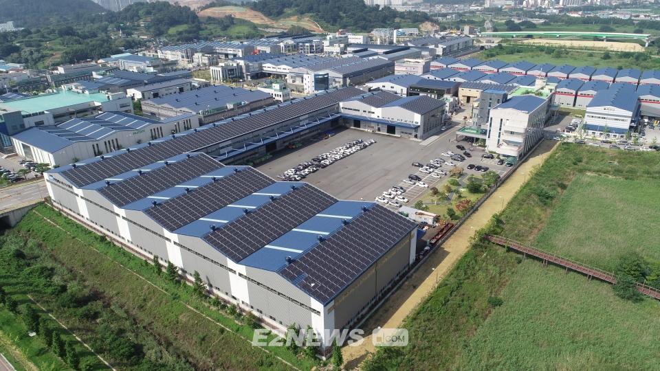 ▲김해 골든루트 산업단지의 한 공장에 설치된 태양광설비 전경