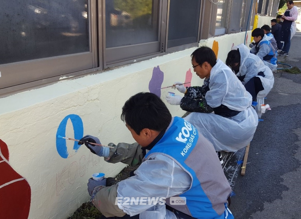 ▲가스공사 인천지역본부 직원들이 벽화를 그리고 있다.