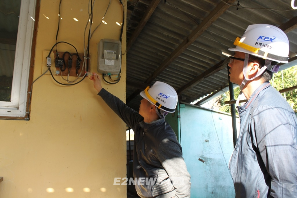 ▲전력거래소 행복에너지플러스 사업 점검단이 나주시 취약계층 가정을 방문해 보수예정 개소를 체크하고 있다.