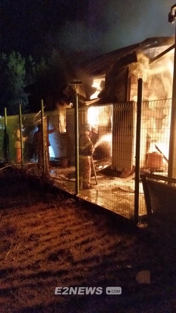 ▲삼척시 근덕면 한 태양광발전소에 설치된 ESS가 화재로 불타고 있다. 이 설비는 정부 주도 긴급 안전점검을 받고도 화재를 피하지 못했다. ⓒ사진-삼척소방서