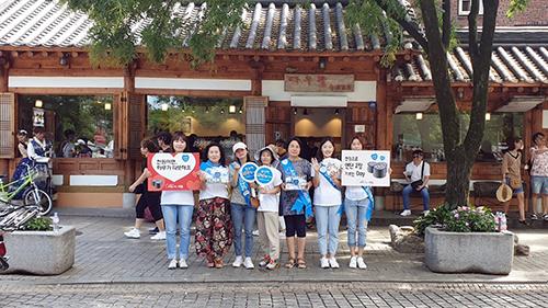 ▲사진설명 : 전주 한옥마을에서 거리모금봉사를 하고 있는 희망을 파는 사람들 자원봉사자들의 모습